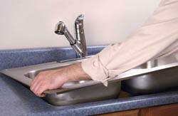 Сантехник в Минусинске. Услуги сантехника – установка раковины на кухне. город Минусинск